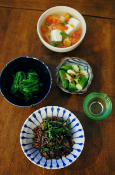 なすとひき肉の塩炒め、トマトと豆腐のスープ献立。