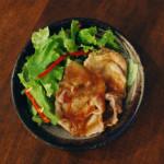 豚ロースの梅照り焼き、小松菜とひらたけのおひたし献立。