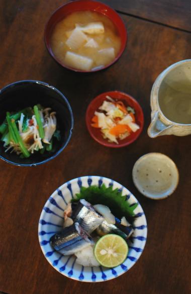 さんまの酒蒸し、ひらたけと小松菜の梅和え献立。