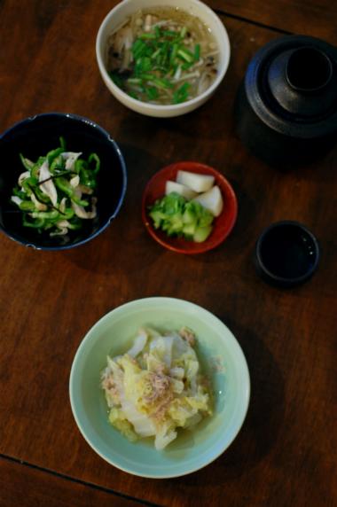 白菜とツナのうま煮、蒸し鶏とピーマンの塩昆布和え献立