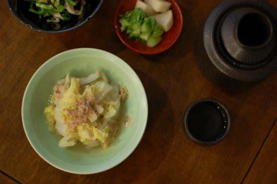 白菜とツナのうま煮、蒸し鶏とピーマンの塩昆布和え献立。