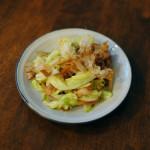 豚肉とキャベツのソース炒め、玉ねぎとわかめのゆかり和え献立。