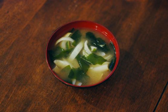 わかめと玉ねぎの味噌汁