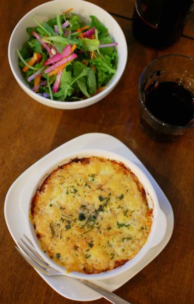 アッシパルマンティエ、ナッツのサラダで赤ワイン。