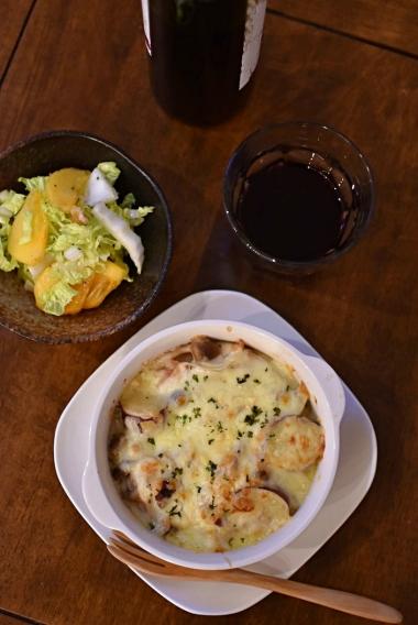 さつまいもとベーコンのグラタン、柿と白菜のサラダで赤ワイン