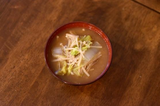白菜としめじの味噌汁