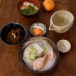 秋鮭と白菜の酒粕煮、生もずく献立。