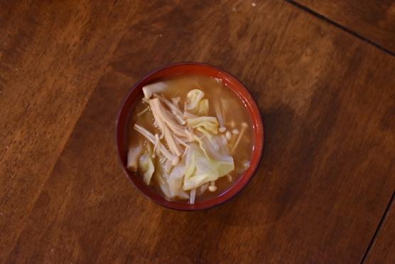 キャベツとえのきの味噌汁