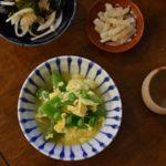 えんどうの卵とじ、新玉ねぎとわかめのサラダ献立。