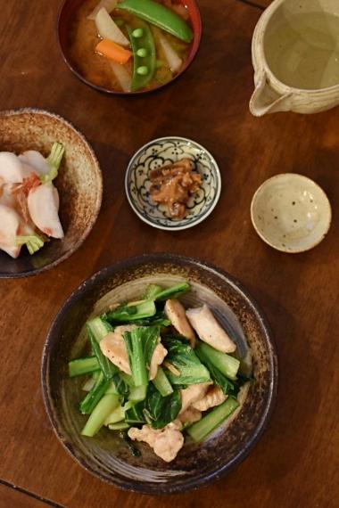 タアサイとむね肉のしょうが炒め、かぶの梅おかか和え献立。