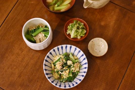 にらとひき肉の卵炒め、小松菜とえのきのおひたし献立。