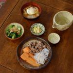 にんじんと牛肉の塩煮、白菜と落とし卵の味噌汁献立。