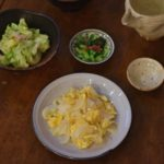 新玉ねぎと卵の炒めもの、春キャベツとツナのサラダ献立。