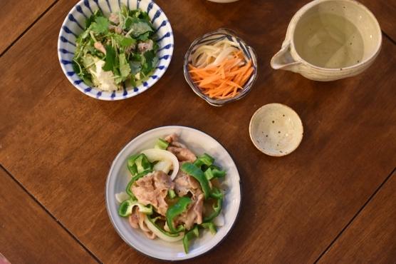 ピーマンの味噌炒め、三つ葉と豆腐のサラダ献立。
