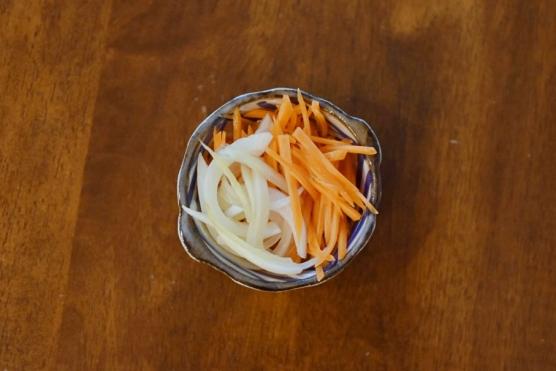 酢玉ねぎ、にんじんのクミン風味