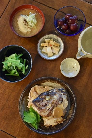 鯛のかぶと煮、手羽味噌汁で晩酌。