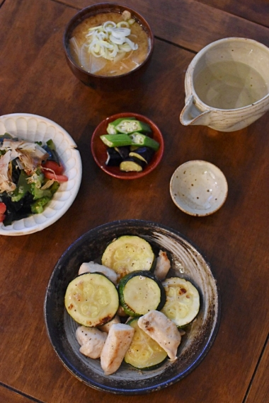 むね肉とズッキーニの酢炒め、トマトとゴーヤのサラダ献立